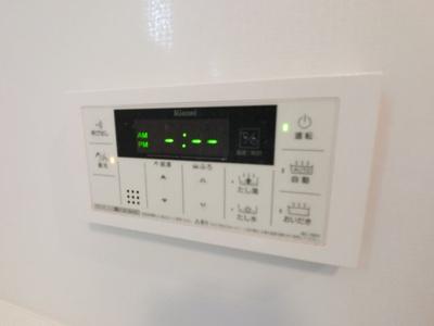 浴室内の追炊き機能のスイッチパネル。 ご家族の帰宅時間が別々でも暖かいお湯で疲れを癒せます。