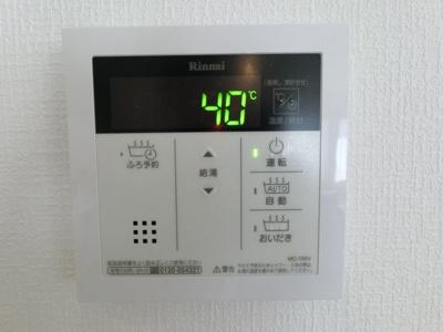 キッチン側追炊き機能付きの給湯スイッチパネル。 2階のキッチンからでも操作できます。