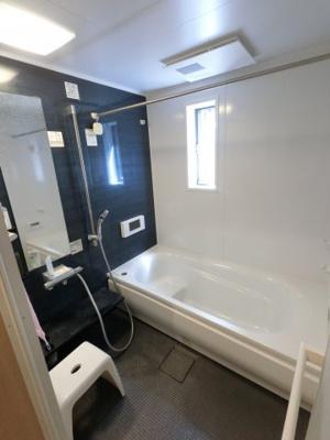 追い焚き機能付のユニットバスです。 一日の疲れをゆっくりと癒すことが出来る浴室テレビ付です。