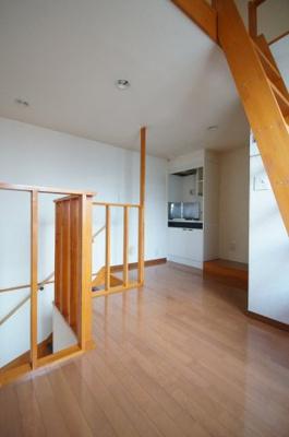 清潔感あふれる床材を使用した居室です