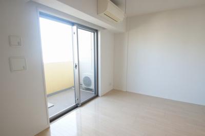 清潔感溢れる床材を使用した居住空間です。
