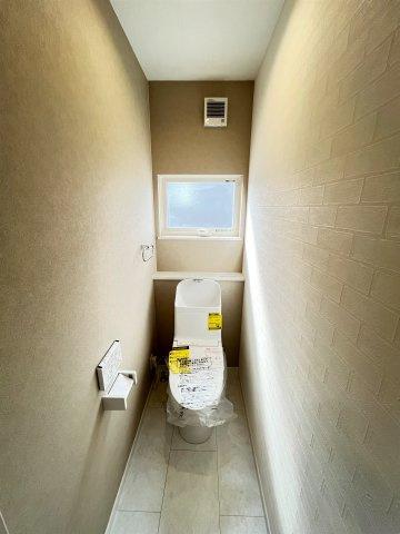 三面鏡タイプの洗面台。鏡裏は細々した洗面用品の収納に最適♪コンセント付。