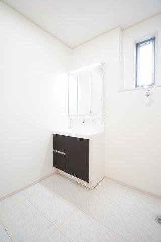 【同仕様施工例】三面鏡の収納で歯ブラシ化粧品、小物等すっきり収納できます。