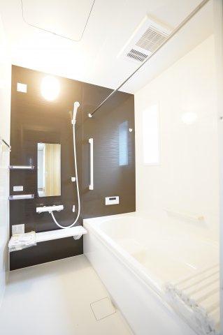【同仕様施工例】1坪サイズ浴室で足を伸ばせる広々とした浴槽で、1日の疲れをゆっくり癒すことができますよ。