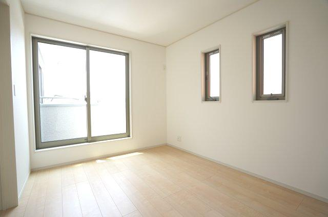 【同仕様施工例】採光・通風がよいお部屋なので気持ちよく過ごせます。2カ所から出入り出来る共通のバルコニーがあります。