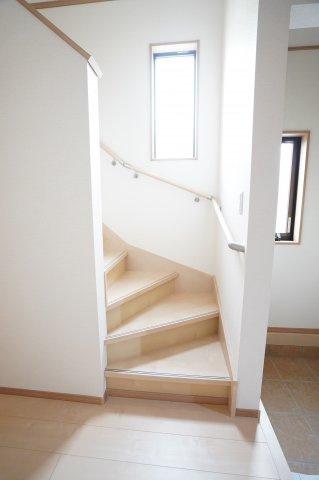 【同仕様施工例】手すり付階段です。窓があるので明るいです。