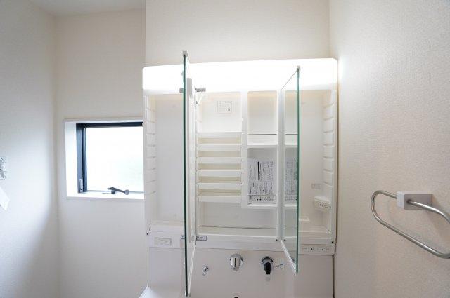 【同仕様施工例】三面鏡の収納で歯ブラシや化粧品などすっきり片付けられます。