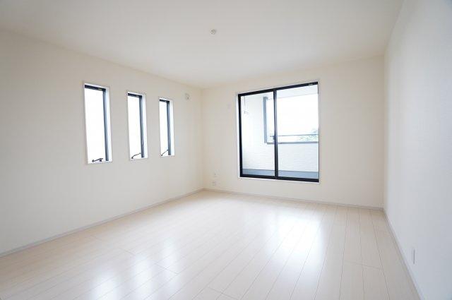 【同仕様施工例】2階9帖 バルコニーがあるお部屋です。大きな窓から明るい光が差し込み明るいお部屋です。