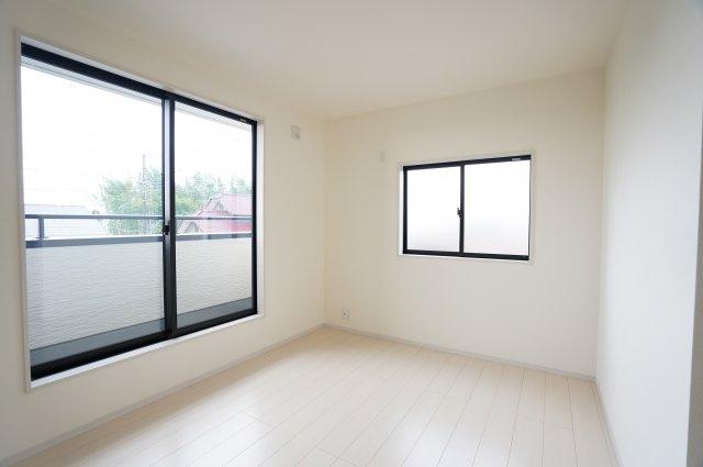 【同仕様施工例】2階6.75帖 窓もたくさんあるので採光と通風がいいので気持ちよく過ごせそうですね。