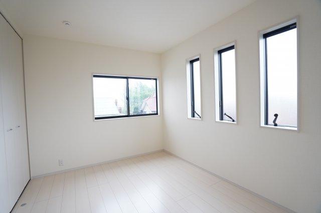 【同仕様施工例】2階6帖 小窓から差し込む陽射しが心地いいお部屋です。