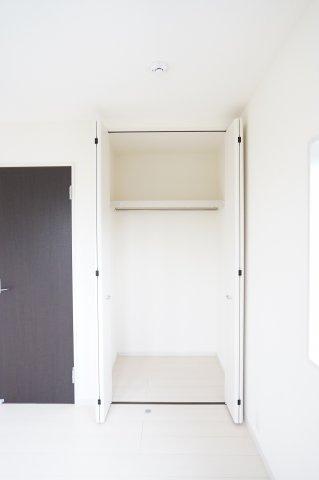 【同仕様施工例】2階6帖 使い勝手のよいクローゼットです。収納ケースを利用して上手に片づけたいですね。