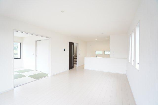 【同仕様施工例】18帖 リビングと隣の和室を開放すればリビングの延長として開放的な空間となります。