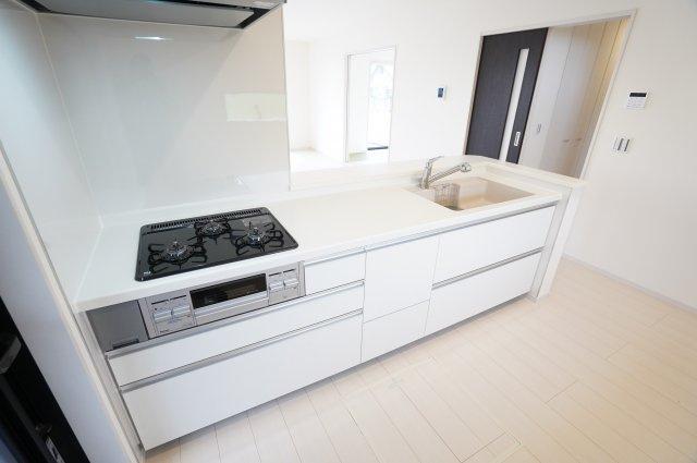 【同仕様施工例】収納力の高い収納付きのシステムキッチンです。
