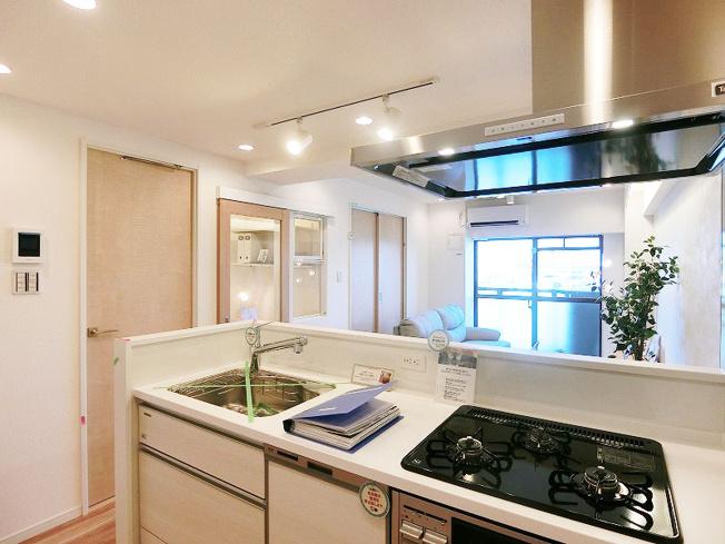 人気の対面キッチン  食器洗乾燥機が標準装備です  キッチンも新規交換につき快適です