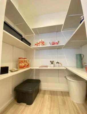 マイキャッスル新宿落合のキッチン横の収納です。