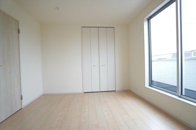 【同仕様施工例】2階7帖 バルコニーがあるお部屋です。気持ちのよい風が入ってきそうなお部屋です。