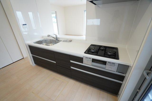 【同仕様施工例】システムキッチンでお手入れもラクラクです。