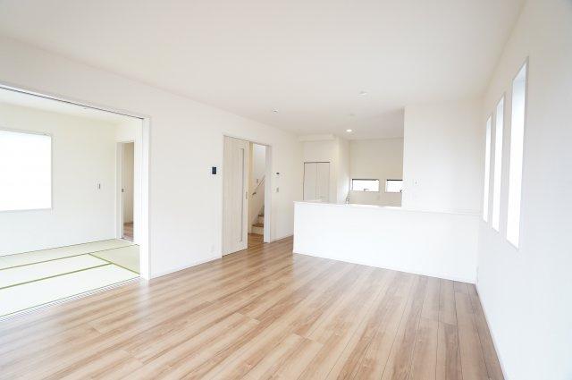 【同仕様施工例】リビングと隣の和室を開放すればリビングの延長として開放的な空間となります。