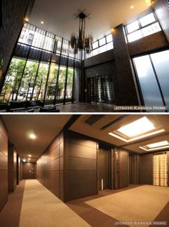 天井高のあるエントランスホールとホテルライクな内廊下構造。