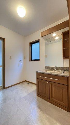 広々とした洗面室。朝の忙しい時間も家族いっしょに使えて便利です スペースを活かして収納棚を作ると細々した物をスッキリ収納できますね
