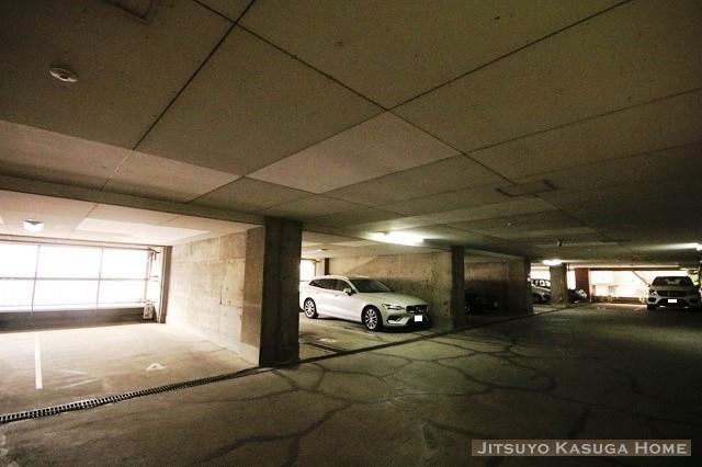 敷地内駐車場は平置きです。