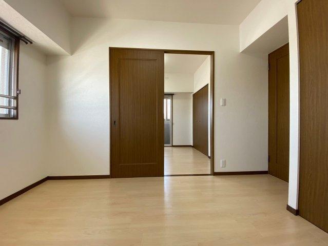 玄関側の2部屋の洋室は中央が引き戸で繋がっています。開け放して広い一室として使うことも、仕切って2部屋にして使うことも可能です