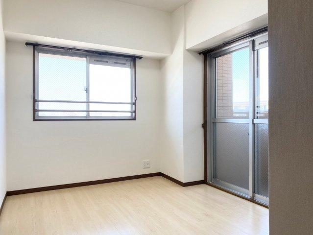 5.24帖の洋室。バルコニー付きで、2面窓から室内に多く光を取り入れております♪景色も広く見えるので開放感があります。