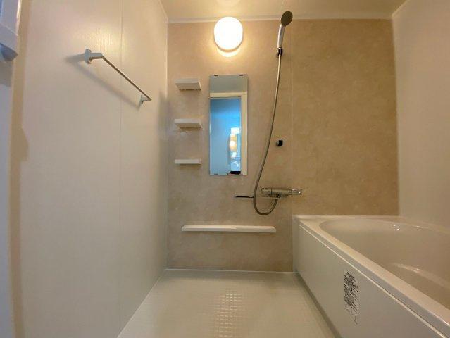 バスルームは明るめのカラーををチョイスして、広さと清潔感が感じられる空間になりました。