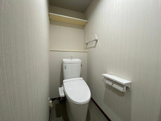 冬は便座も温水も温かく快適なシャワー付トイレ。上部には収納を設置◎