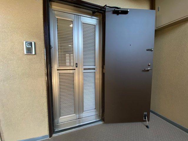 玄関網戸付きなので暑い季節にドアを開け放していても安心!