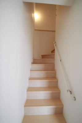 広めの階段には手すり付き!!