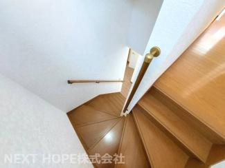 2階への階段です♪手すり付きでお子様の昇り降りが安心・安全です!!