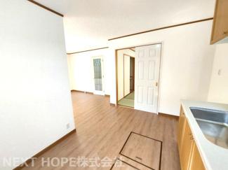 キッチン足元には床下収納が設けられており、食品等のストック場所としてたいへん重宝しますね(^^)