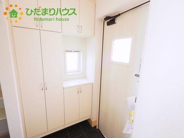 白を基調とした玄関。収納もたくさんあります。