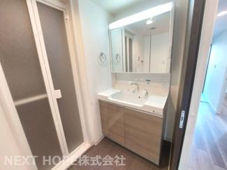 大きな洗面化粧台です♪シャワー水栓で使い勝手がいいです!鏡は三面鏡です♪鏡の後ろは小物収納になっております(^^)
