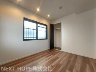 洋室5帖です♪真ん中の居室ですが、角部屋で窓も有りたいへん明るい室内です(^^)ダウンライトもステキですね♪
