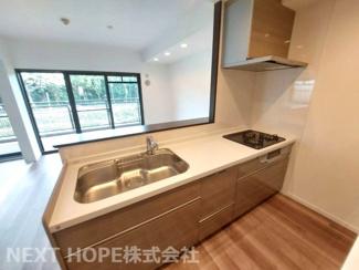 新品の対面式システムキッチンです♪ナチュラルブラウンの素敵なキッチンです!ぜひ現地でご覧ください(^^)お気軽にネクストホープ不動産販売までお問い合わせを!!