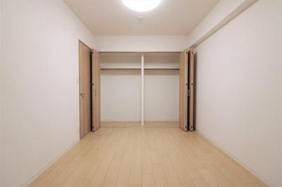 約6.0帖の洋室には壁一面の収納をご用意♪ご夫婦・ご兄弟で収納スペースを分けてご使用いただけます。