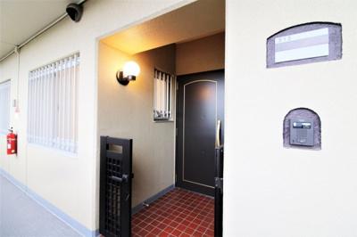 住戸の独立性を高め、プライバシーが保ちやすい玄関ポーチ付きです。門扉があるのは嬉しいですね♪