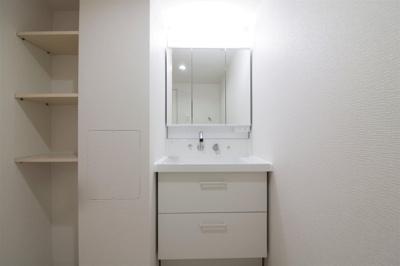 朝の身支度をサポートする三面鏡化粧台を採用!タオルや洗濯用品などを収納できる棚を設置しました。