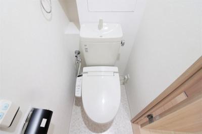 温水洗浄便座を設置したトイレです。背面には飾り棚があるため、観葉植物やディフューザーを置いてみては?