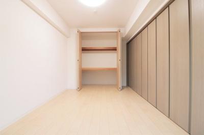 引き戸を閉めると落ち着きのある空間に。キッズスペース・主寝室等、生活スタイルに合わせて活用可能です◎