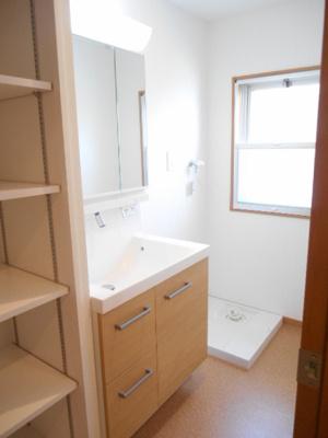 ゆったりとスペースのある洗面所です。