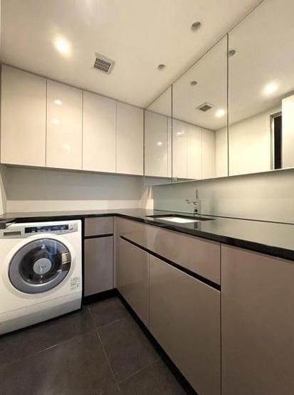 パークコート麻布十番ザタワー:三面鏡が付いた明るく清潔感のある洗面化粧台です!