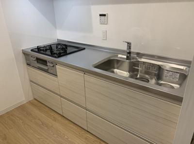 家具の配置がしやすい壁付キッチン採用!3つ口ガスコンロにつき、お料理のレパートリーが増えそうですね♪