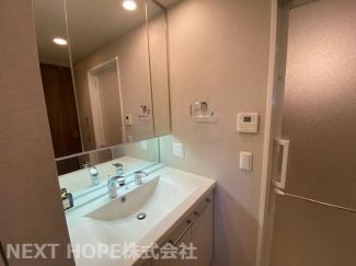 大きな洗面化粧台です♪シャワー水栓で使い勝手もいいですね(^^)鏡は三面鏡です!鏡の後ろは小物収納になっております♪