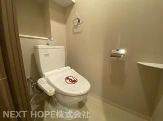 トイレです♪温水洗浄便座です!壁面は収納棚になっており、トイレットペーパー等のストック場所として重宝しますね(^^)