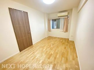 洋室約8帖です♪広く快適な居室です!こちらのお部屋にはウォークインクローゼットが設けられており、室内を有効に使用していただけます(^^)