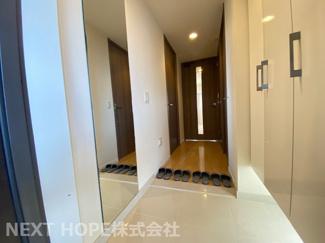 ステキな玄関です♪大きなシューズBOXも設けられており、たくさんの靴もスッキリ収納できますね(^^)