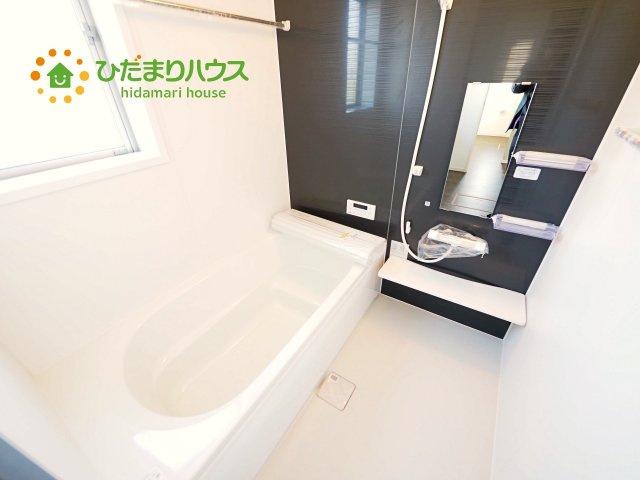 浴室には手すりが付いているので、ご年配の方にも安心です